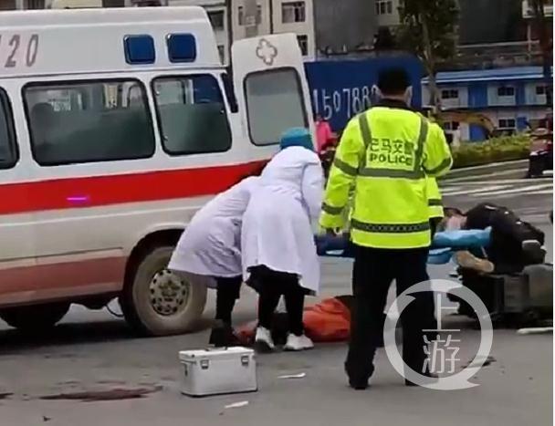 因担架人员被摩托车拌倒,伤者直接从担架上重重落地。图片来源/视截截图 网友称,事发地为广西河池市巴马县城区。