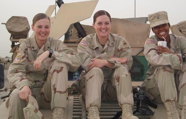 执勤时可扎辫 美军进一步放宽女兵仪容标准