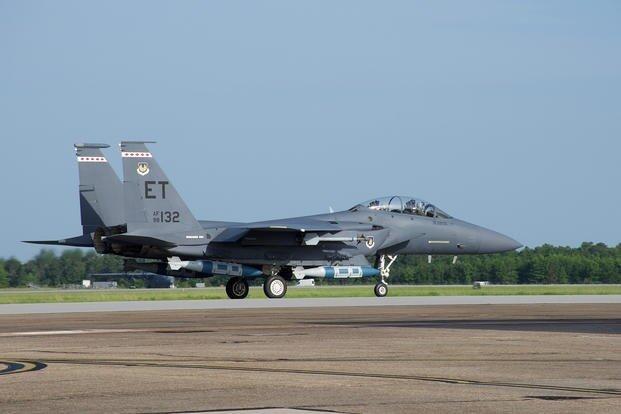 美军F-15E战斗机挂载GBU-31型炸弹
