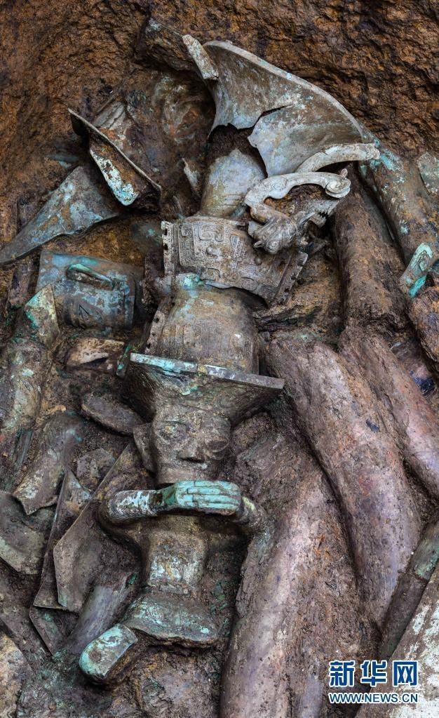 三星堆發現罕見青銅頂尊人像