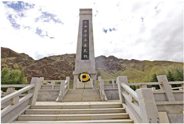 """图为山南烈士陵园内的""""革命烈士永垂不朽""""纪念碑。记者 张姝 摄"""