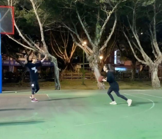 周杰伦与老婆打球超默契 昆凌身姿矫健投进两个球