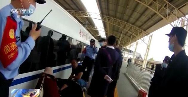 惊险!男童不慎跌落铁轨 车站紧急断电救援