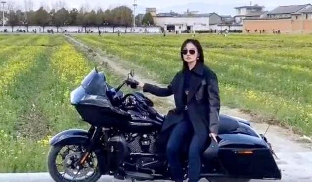 李亚鹏带小19岁女友骑行 穿情侣装显甜蜜