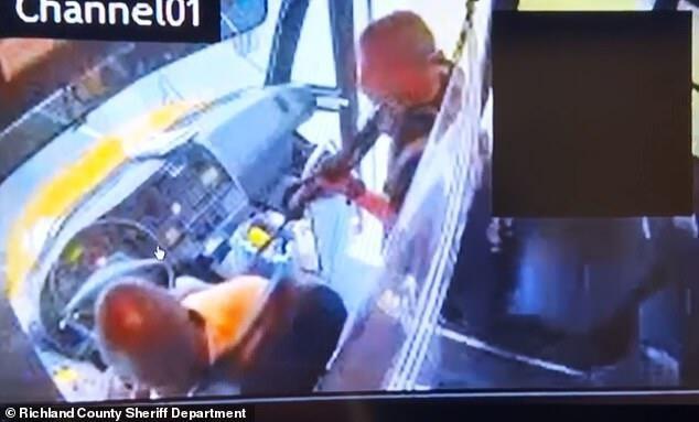 美学员持枪逃离基地 劫持一辆载有18名学生校车