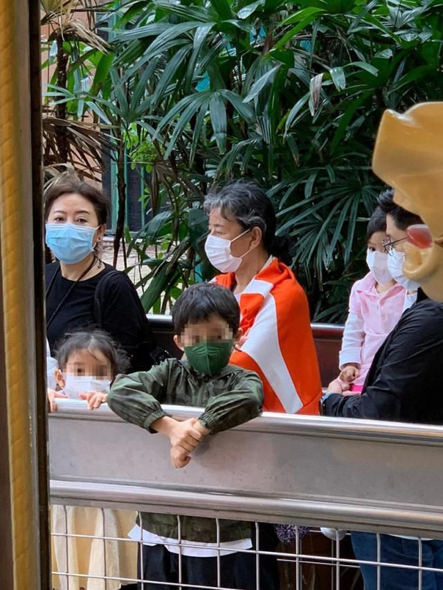 郭晶晶夫妇带3孩子出游 霍启刚主动带娃让老婆休息
