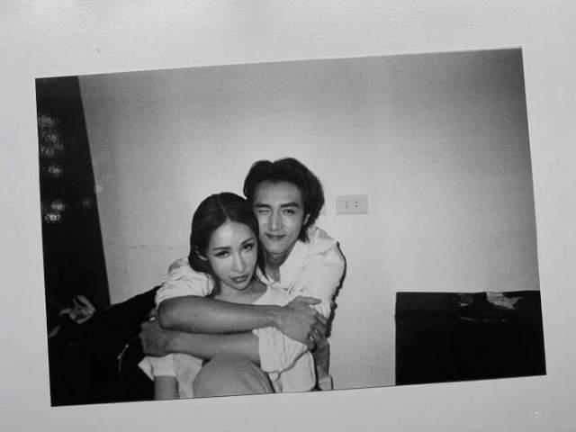 萧亚轩与小16岁男友高调秀恩爱 背后抱甜到齁