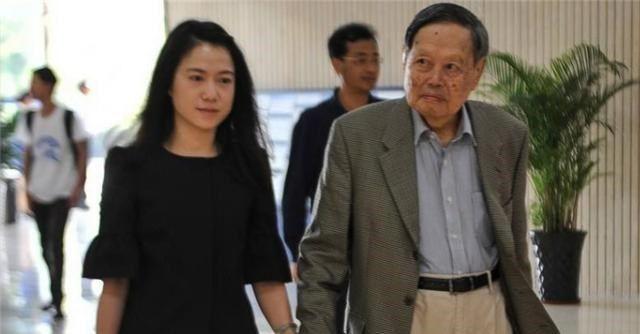 98岁杨振宁与44岁翁帆手拉手写书法 甜蜜爱称曝光