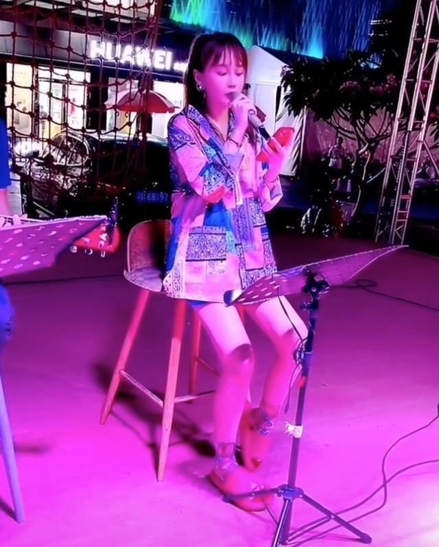 要出道?赵本山女儿穿超短裙街边献唱 被夸唱功好