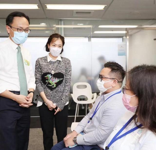 70岁刘銮雄由甘比陪伴打疫苗 小露肌肉力证健康