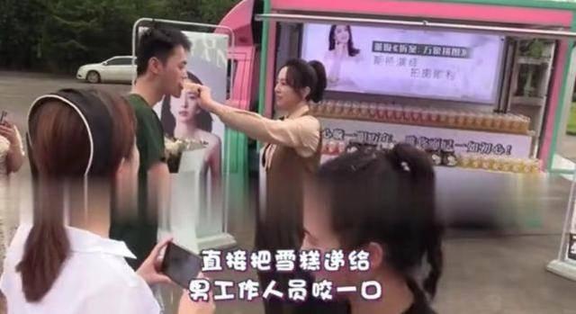 董璇与小10岁绯闻男友聚餐 探班现场自拍心情好