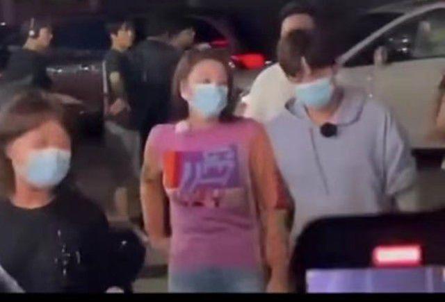 张雨绮与小8岁男友现身桂林 手牵手吃大排档被围观