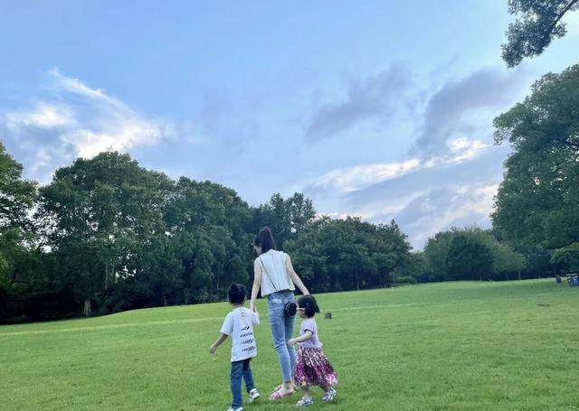 郭富城娇妻分享带娃日常 俩女儿紧抱妈妈大腿