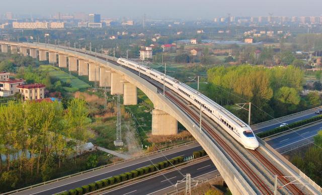 △4月10日,一列动车组列车驶出江苏省南通市南通动车所