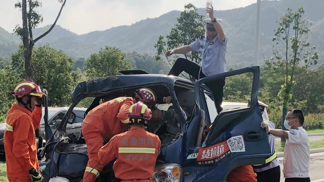 车祸中驾驶员无法动弹,民警烈日下手举吊瓶1小时施救伤者