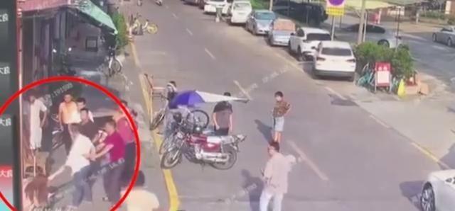 男子当街按倒女子猥亵 警方:已刑拘