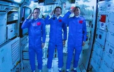 3名航天员在太空向全国人民敬礼