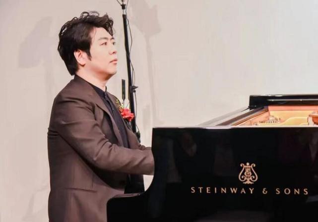 郎朗在钢琴店被偶遇 鼓励小朋友好好弹琴亲和十足