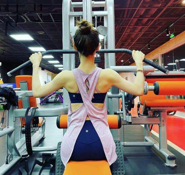 章泽天再晒素颜健身照 翘臀性感肌肉线条瞩目
