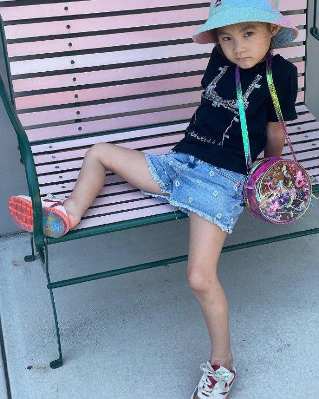 陈冠希晒女儿近照 4岁Alaia酷炫摆pose像超模妈妈