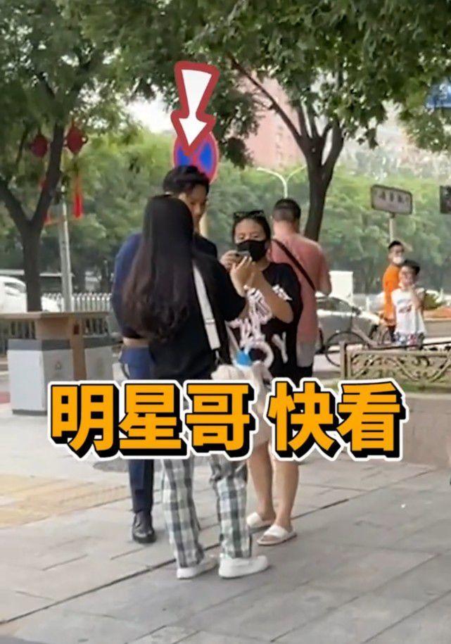 赵雅芝小儿子被偶遇 颜值超高获美女围观合影
