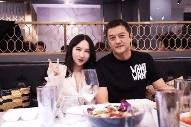 李亚鹏与小19岁女友外出吃火锅 牵手搂腰甜蜜十足