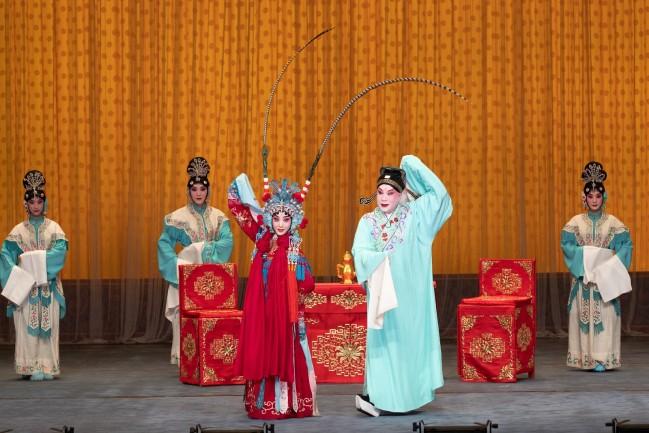 """演员在""""华韵奇声""""京津沪京剧名家武戏专场上演出。摄影 苏岩"""