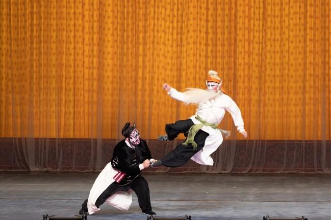 武戏专场之《打瓜园》剧照,这是京剧武丑的代表剧剧照,白衣演员为天津市青年京剧团武丑名家石晓亮 摄影 苏岩