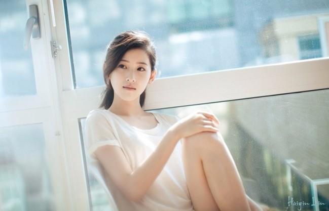 27岁章泽天穿白T扎马尾 清新靓丽氛围感十足