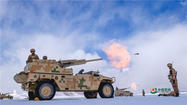 新疆军区某团高原火炮实弹射击炮声隆