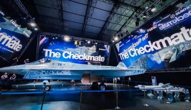 俄罗斯苏霍伊 Checkmate 战斗机发布会,展示了战斗机的腹部弹仓,挂两枚导弹。