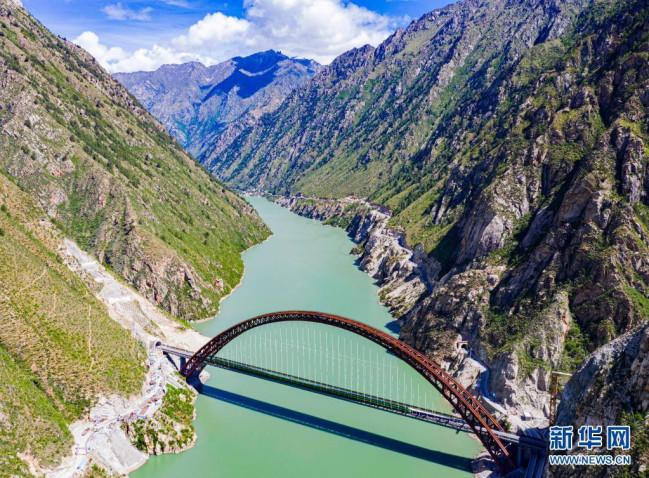 试运行的复兴号列车行驶在藏木特大桥(6月17日摄,无人机照片)。