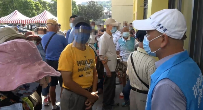 台湾民众百米冲刺争打疫苗残剂 网友:觉得很悲哀