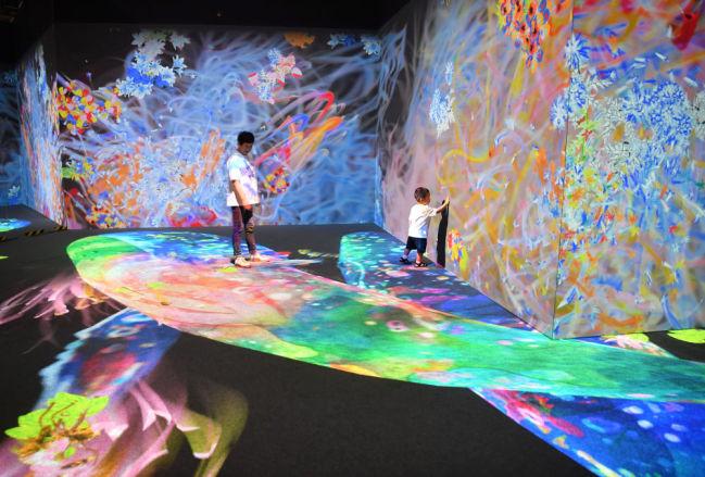 """6月6日,小朋友在科技艺术节上的""""teamLab Future Park""""未来游乐园中体验交互动画。"""