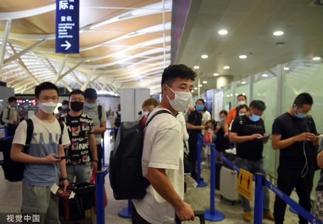 武磊启程返回西班牙人 在机场为粉丝签名