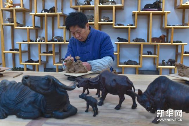 贵州余庆:泥塑艺人制泥牛迎新春