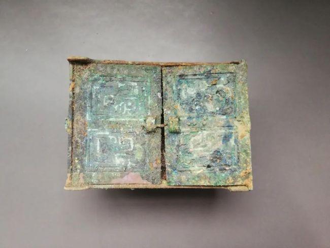 垣曲北白鹅墓地出土的微型铜盒