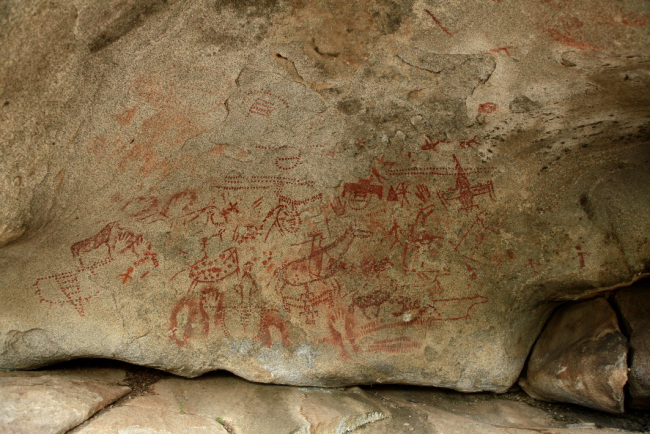 哈巴河县多尕特洞穴彩绘岩画