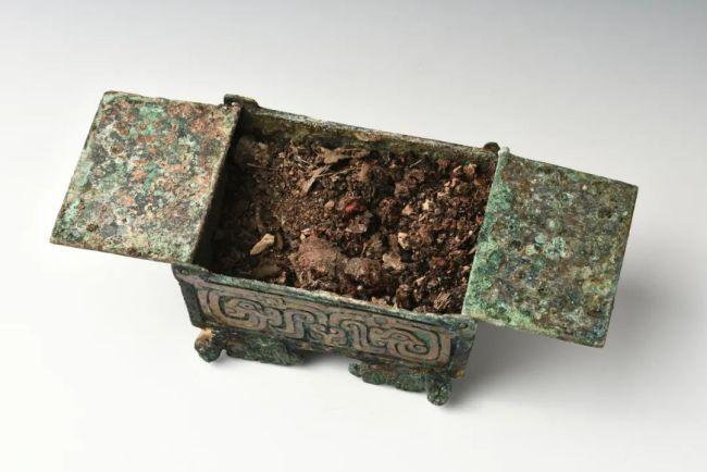 垣曲北白鹅墓地出土的微型铜盒和铜盒内的残留物