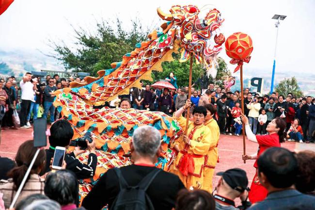 田野艺术展的举办像是村民的节日。