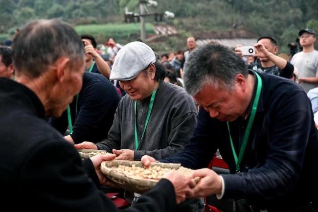 当地村民用簸箕装满五谷杂粮赠送给艺术家,希望这些艺术作品能够永久留在当地。
