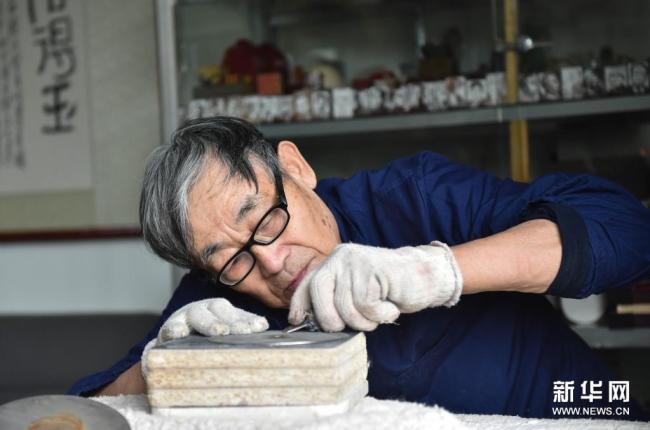 """""""石头上作画""""——古稀老人赵同泽的雕刻人生"""