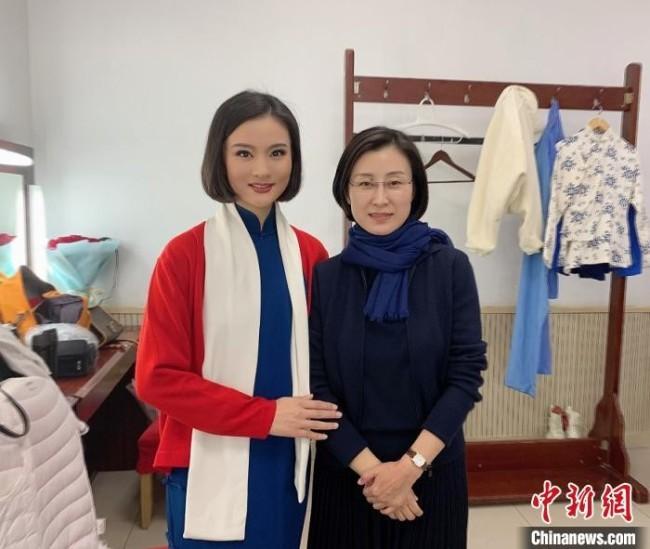 李林晓(左)和张火丁老师(右)在京剧《江姐》演出后台 李林晓供图 摄
