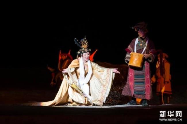 4月10日,演员在大型实景剧《文成公主》中演绎文成公主在高原土地上播种的场景。新华社记者 司源 摄