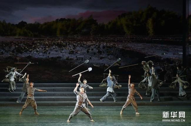 4月25日,演员在《风展红旗如画》中表演。新华社记者 鲁鹏 摄