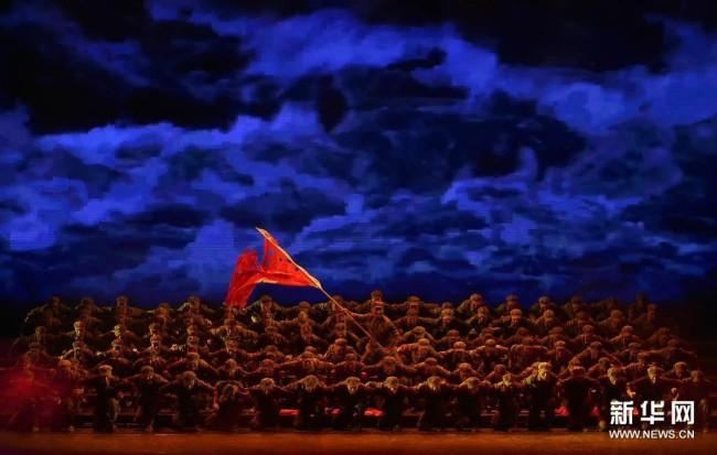 4月25日,演员在《风展红旗如画》中表演。当晚,由福建省歌舞剧院等单位共同编创的情景交响音诗《风展红旗如画》在北京国家大剧院上演。该剧以苏区故事和湘江战役为背景,通过交响乐、合唱、舞蹈、情景表演等多种艺术形式的巧妙结合,讲述了土地革命战争时期,福建三明苏区儿女为建立和巩固根据地,展开艰苦卓绝革命斗争的感人故事。新华社记者 鲁鹏 摄
