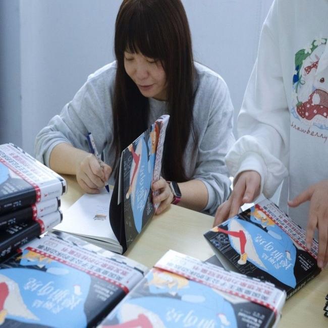 图为《爱丽丝漫游奇境》译者、作家顾湘现场为读者签名 作家榜供图