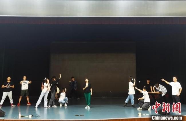 图为秦萩玥(中)参与木洞山歌音乐剧排练。 受访者供图