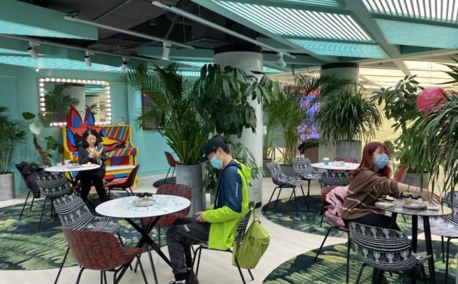 """▲上海大剧院""""A+艺术空间""""咖啡厅,成为2021年第一批挂牌演艺新空间单位之一。"""