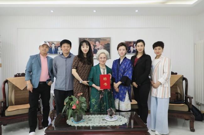 刘秀荣与众弟子与戏委会代表合影留念